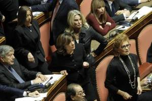 Berlusconi: senatrici FI in nero, 'lutto per democrazia'